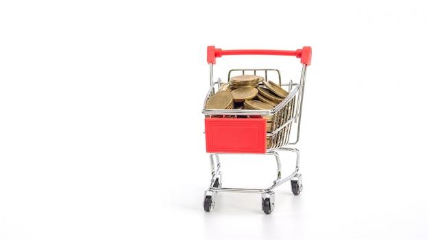 Moneda de oro en un carrito de compras en blanco