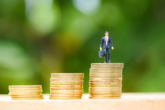 Moneda de oro intensificar concepto de éxito planificación escalera hombre de negocios de moneda