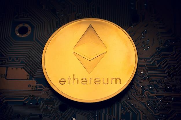 Una moneda de oro con el símbolo ethereum en una placa base.