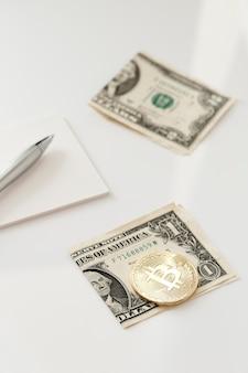Moneda pequeña en un billete