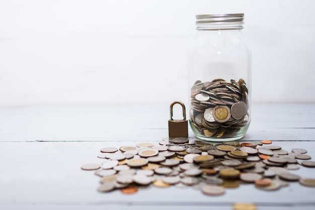 Moneda de pila de dinero y cerradura. concepto de ahorro y seguridad financiera.