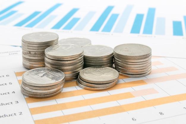 Moneda y reporte gráfico, concepto fintech.