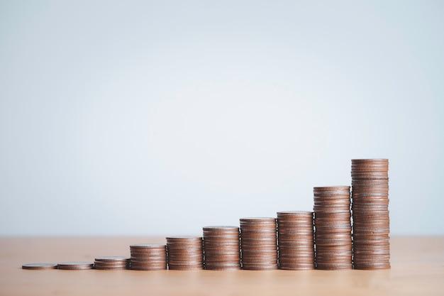 Monedas apiladas para ahorrar dinero, ganancias y concepto de crecimiento de la inversión empresarial.
