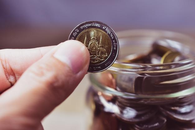 Monedas de baht tailandés en tarro