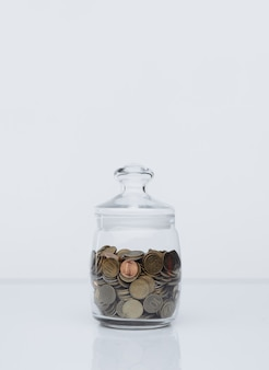 Monedas en un banco de cristal. concepto de depósito