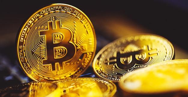 Monedas de bitcoin en el teclado del portátil. criptomoneda