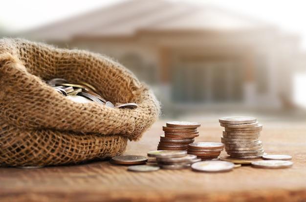 Monedas en bolsa para ahorrar dinero concepto financiero