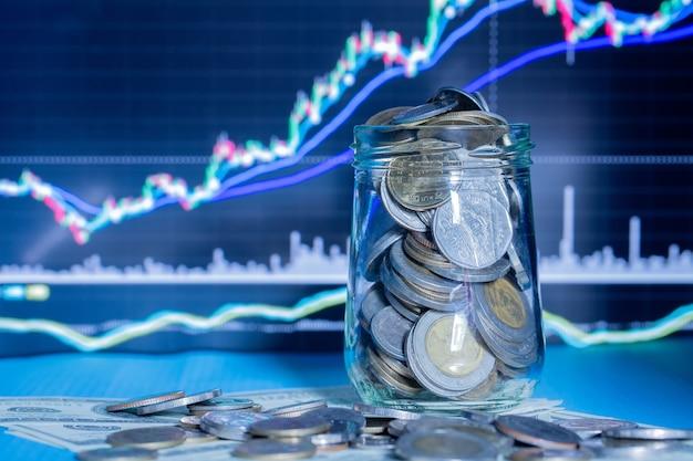 Monedas en botellas con gráfico comercial