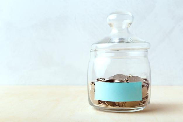 Monedas en botellas de vidrio, ahorro de dinero ideas