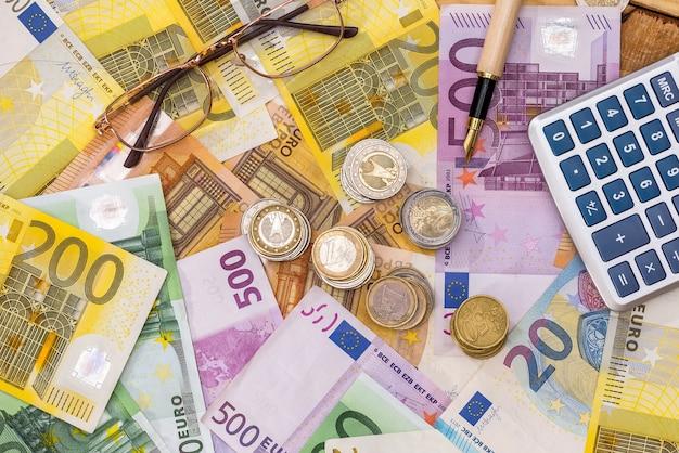 Las monedas y una calculadora están en el billete de euro