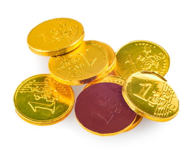 Monedas de chocolate de 1 euro aislado sobre fondo blanco.