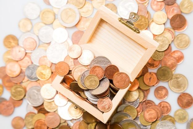 Monedas en el cofre. concepto de negocio y ahorro.