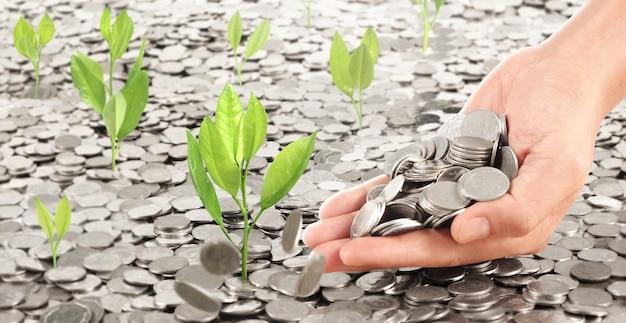 Monedas colocadas en la parte superior. la mano del hombre vertiendo monedas
