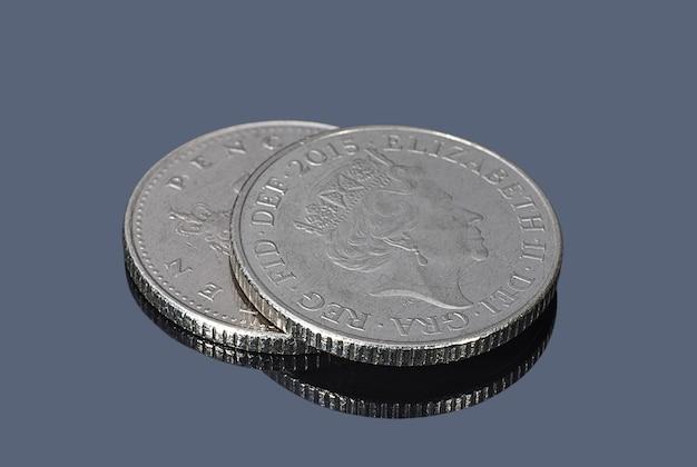 Monedas de diez peniques británicos en el fondo oscuro