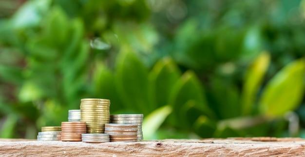 Monedas dispuestas como un gráfico sobre un fondo de naturaleza. idea de negocio