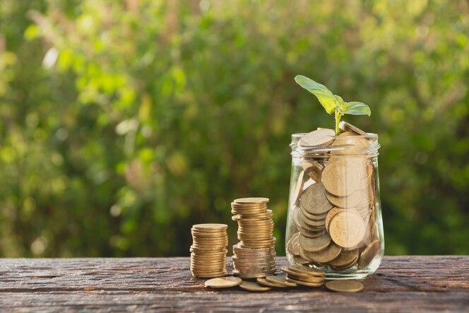Monedas en tarro con dinero pila paso creciente dinero, negocio de finanzas concepto
