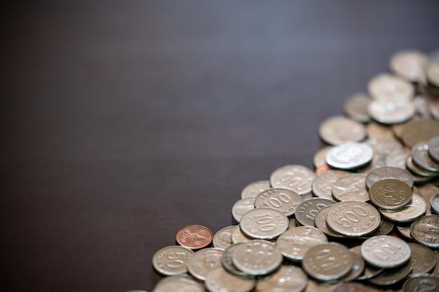 Monedas y espacio de copia apilados en el escritorio.