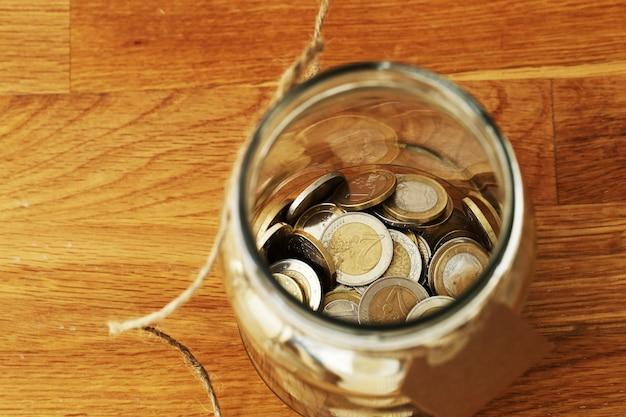 Monedas de euro en un frasco de vidrio