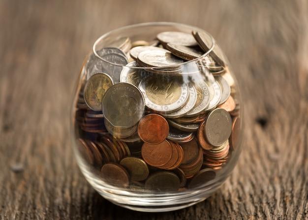 Monedas en frasco de vidrio