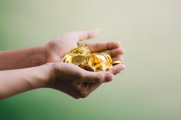 Monedas en mano, ahorrando.