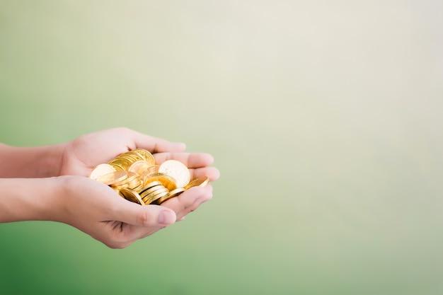 Monedas en la mano, ahorro, concepto de negocio crecer
