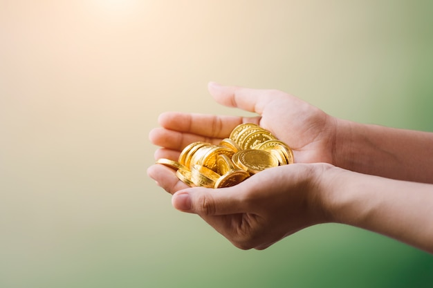 Monedas en mano, ahorro, negocio crecer concepto.