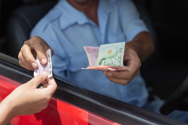 Monedas mano vida pago estacionamiento pasajero
