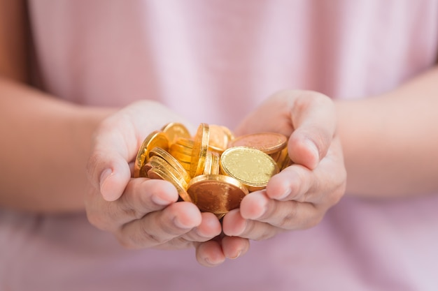 Monedas en mano