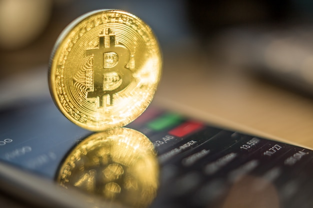 Monedas de metal bitcoins y ethereum. bitcoin, ethereum - dinero eletronic virtual moderno