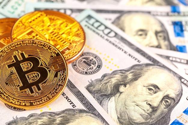Monedas de oro bitcoin en un papel moneda