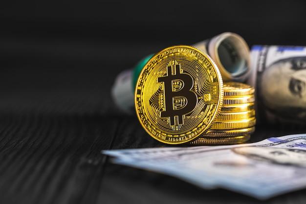 Monedas de oro con bitcoin, sobre madera.