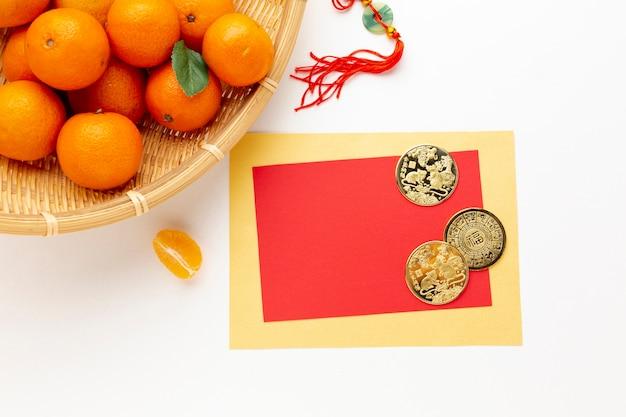 Monedas de oro y maqueta de tarjeta año nuevo chino