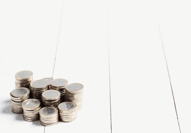 Monedas en piso de madera