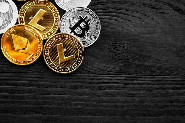 Monedas de plata y oro con bitcoin