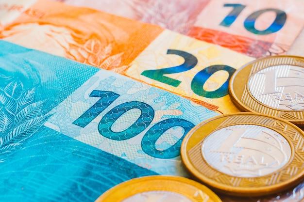 Monedas reales brasileñas, con tono dorado. notas de dinero brasileño