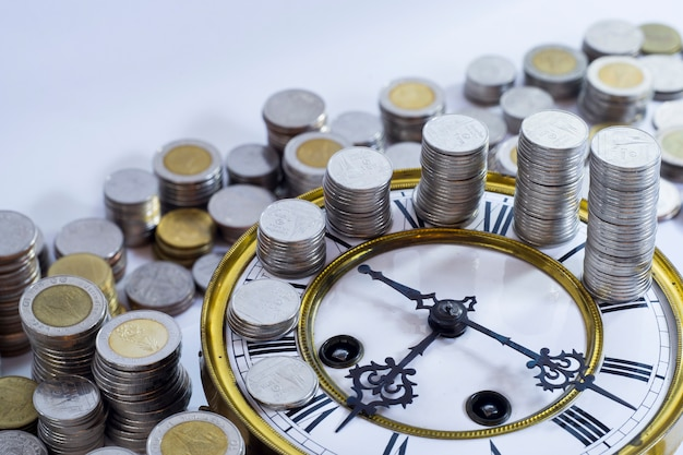 Monedas en el reloj vintage