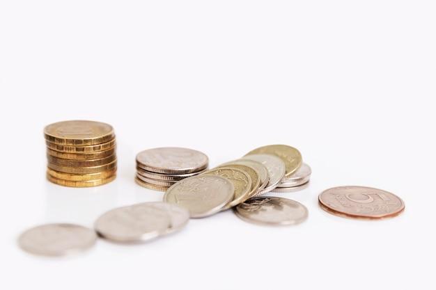 Monedas rusas dispersas sobre un fondo blanco. desempleo y pobreza en medio de la pandemia de coronavirus. crisis financiera mundial.