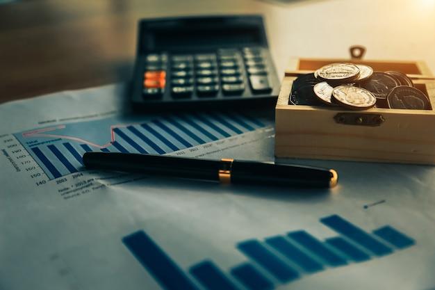 Monedas sobre la mesa en su oficina en concepto de finanzas, inversión, ahorro y banca.