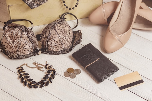 Monedero, monedas, ropa femenina y complementos después de la compra.