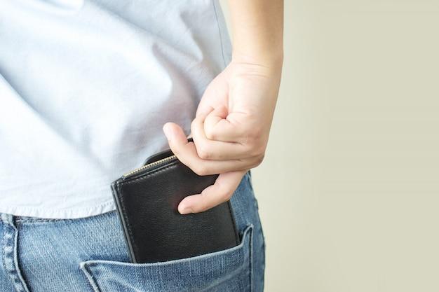Monedero en su bolsillo trasero con aislado en gris