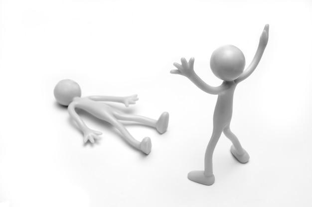 Monigote gris con los brazos levantados mirando otro tumbado