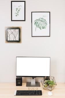 Monitor de computadora con teclado en la mesa