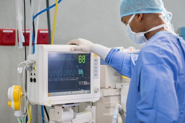 Monitor de frecuencia cardíaca en el teatro del hospital