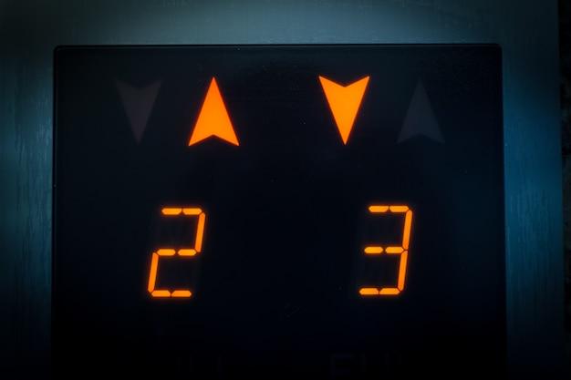 Monitor muestra el número de piso en el ascensor