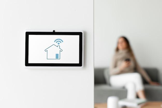 Monitor de panel de automatización del hogar en una pared.