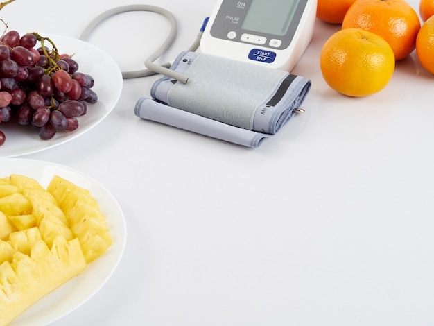 Monitor de presión arterial y frutas