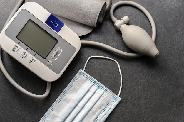 Monitor de presión arterial con una sábana