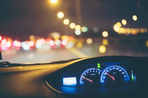 Monitor de velocidad del coche con luz nocturna.