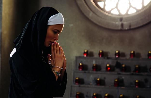 Monja rezando en un monasterio