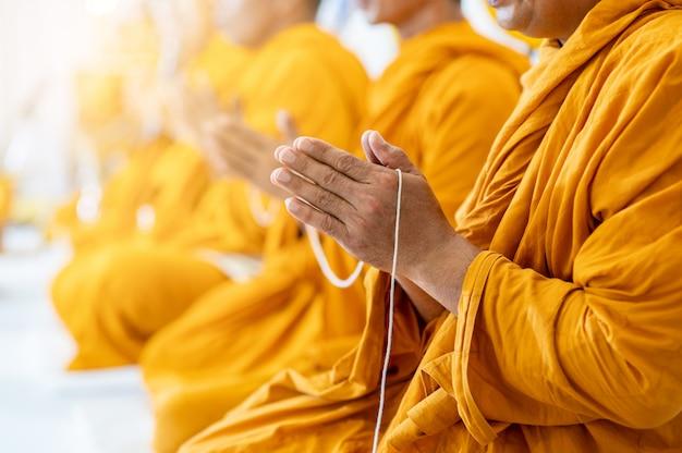 Los monjes budistas cantan rituales budistas